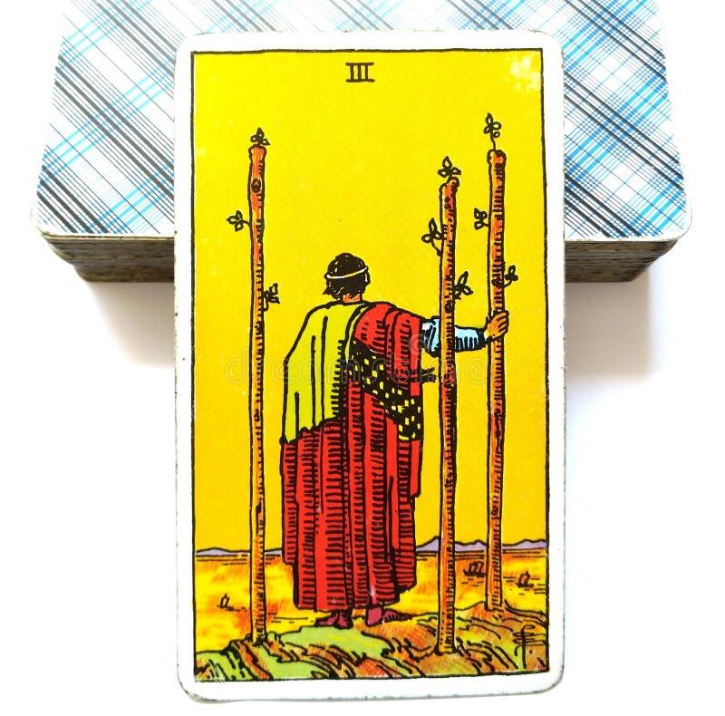 3 trois de croissance étrangère de terres de voyage de carte de tarot de baguettes magiques avançant avec des plans regardant à l illustration stock