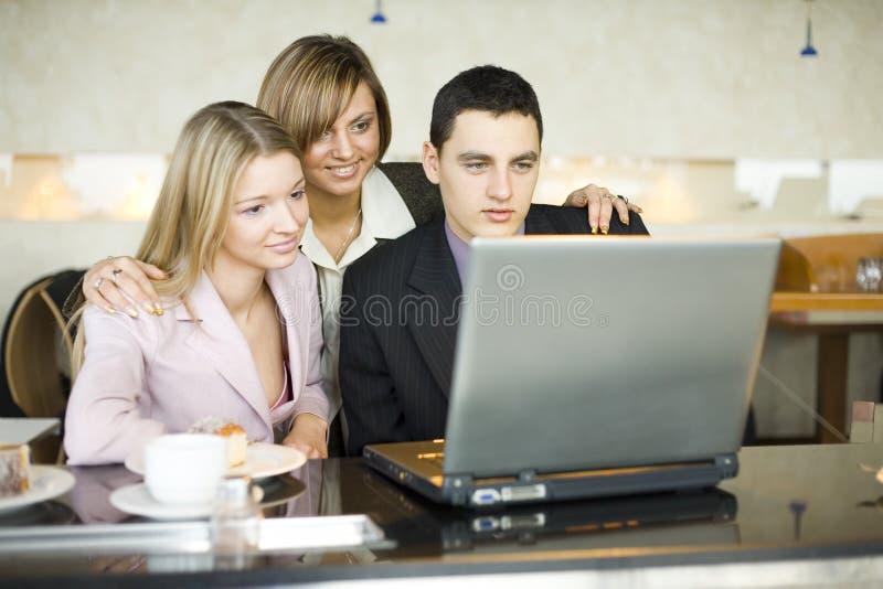 Trois de gens d'affaires à l'ordinateur portatif images stock