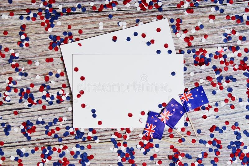 Trois drapeaux australiens rouges, blancs et bleus suspendus d'une corde de ficelle devant un fond sale et en acier pour le jour  image libre de droits