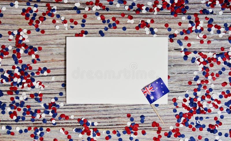 Trois drapeaux australiens rouges, blancs et bleus suspendus d'une corde de ficelle devant un fond sale et en acier pour le jour  photos stock