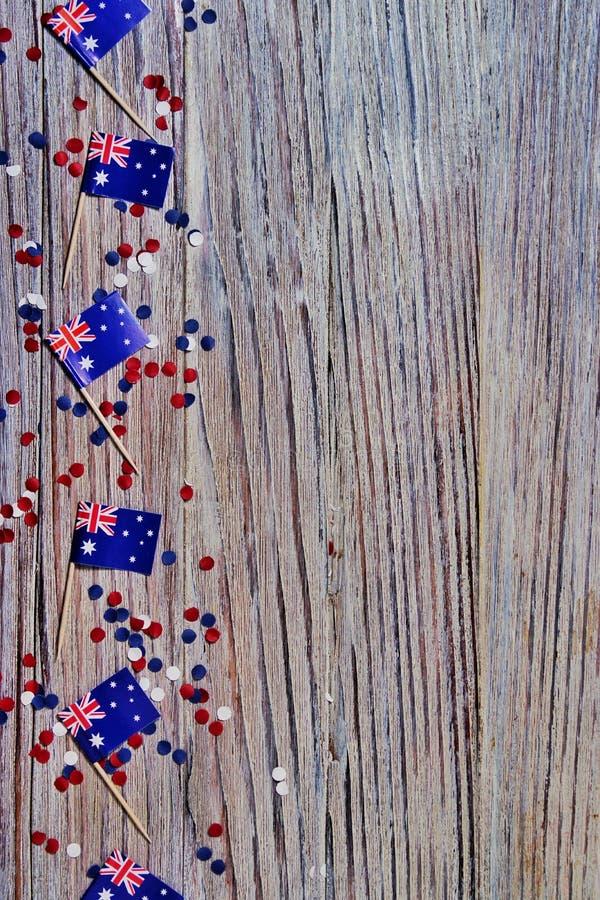 trois drapeaux australiens rouges, blancs et bleus suspendus d'une corde de ficelle devant un fond sale et en acier pour le jour  photographie stock libre de droits
