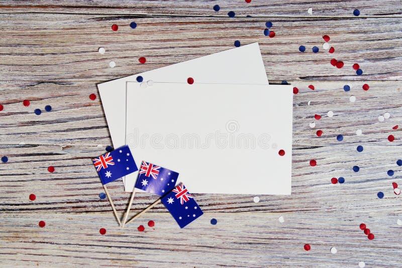 Trois drapeaux australiens rouges, blancs et bleus suspendus d'une corde de ficelle devant un fond sale et en acier pour le jour  images stock