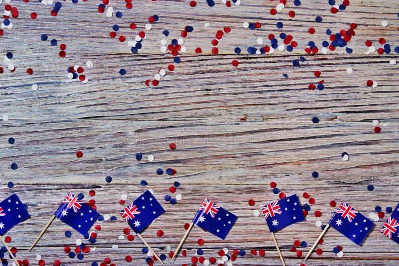 Trois drapeaux australiens rouges, blancs et bleus suspendus d'une corde de ficelle devant un fond sale et en acier pour le jour  images libres de droits