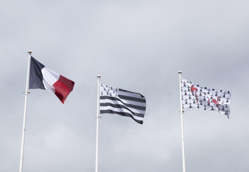 Trois drapeaux dans le vent : un drapeau français, un drapeau breton et la Floride images libres de droits