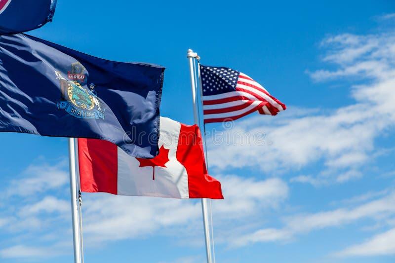 Trois drapeaux dans Maine image stock