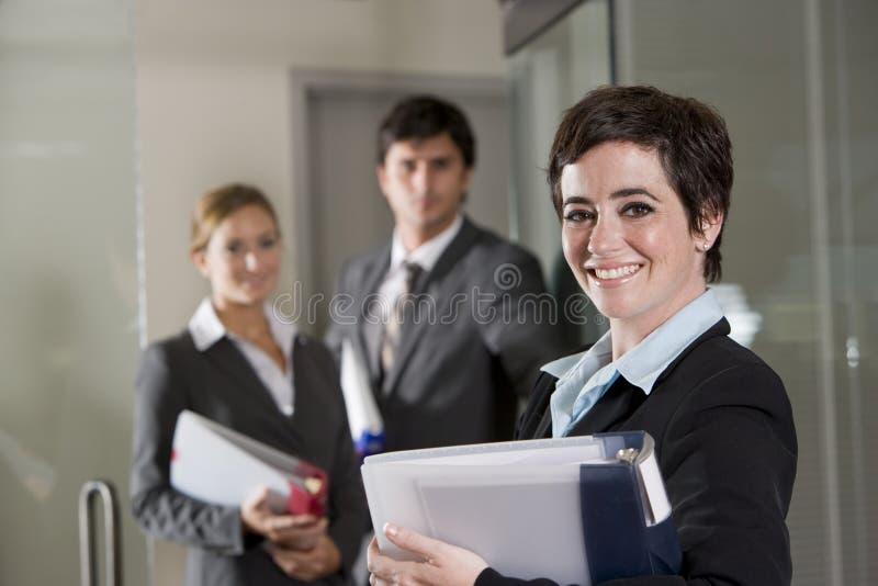 Trois employés de bureau à la trappe de la salle de réunion photos libres de droits