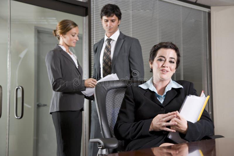 Trois employés de bureau se réunissant dans la salle de réunion photographie stock libre de droits