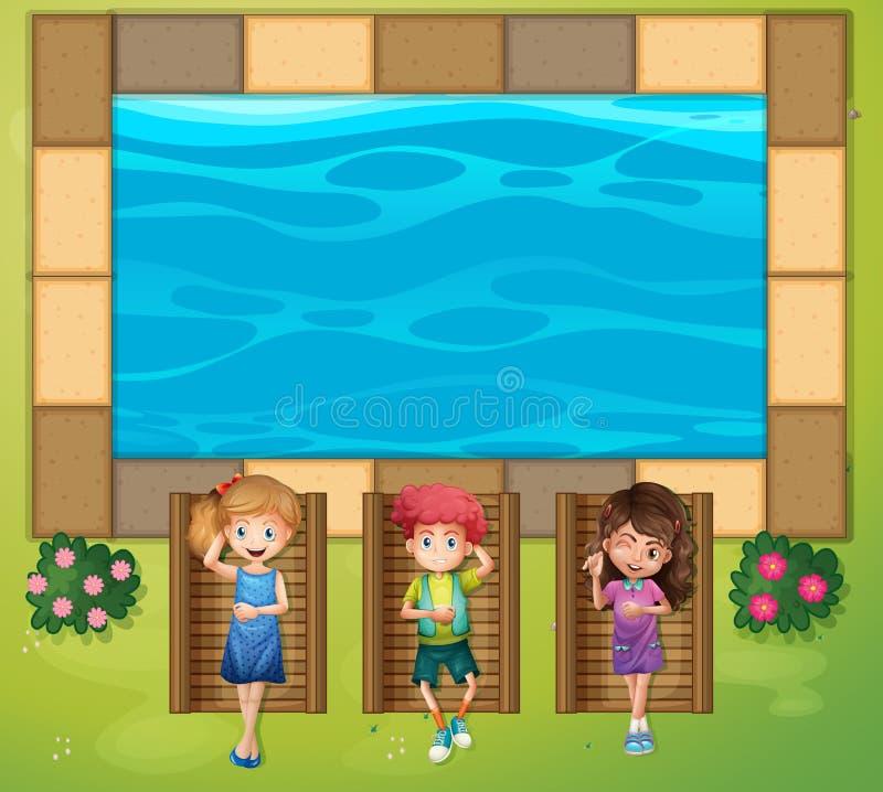 Trois enfants ayant l'amusement par la piscine illustration libre de droits