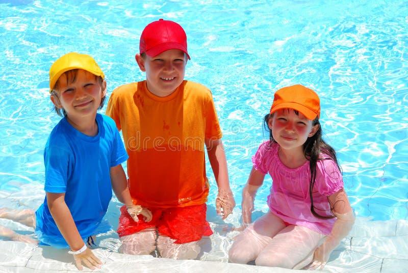 Trois enfants dans l'eau photo libre de droits