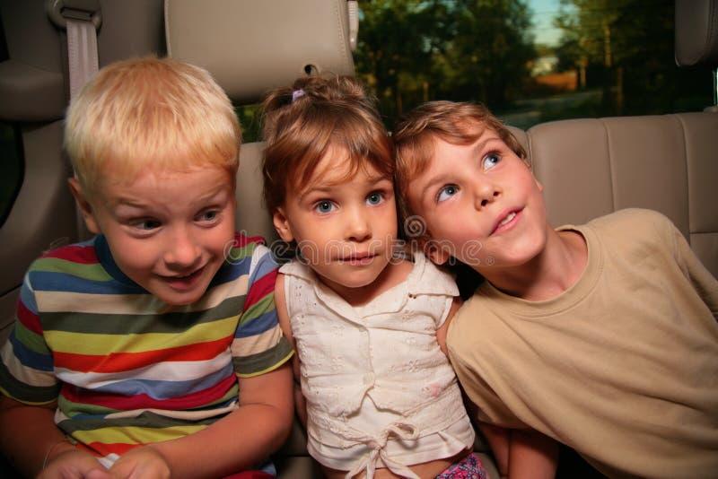 Trois enfants dans le véhicule images libres de droits