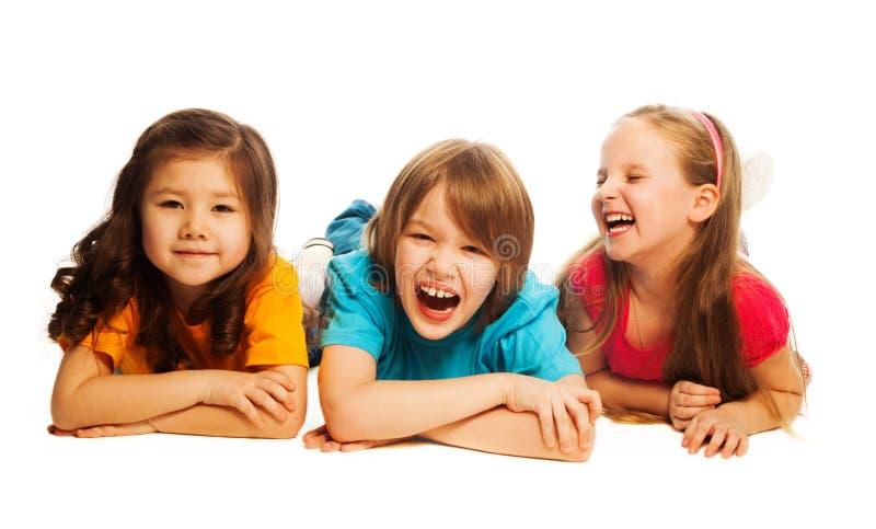 Enfants s'étendant dans la ligne images stock