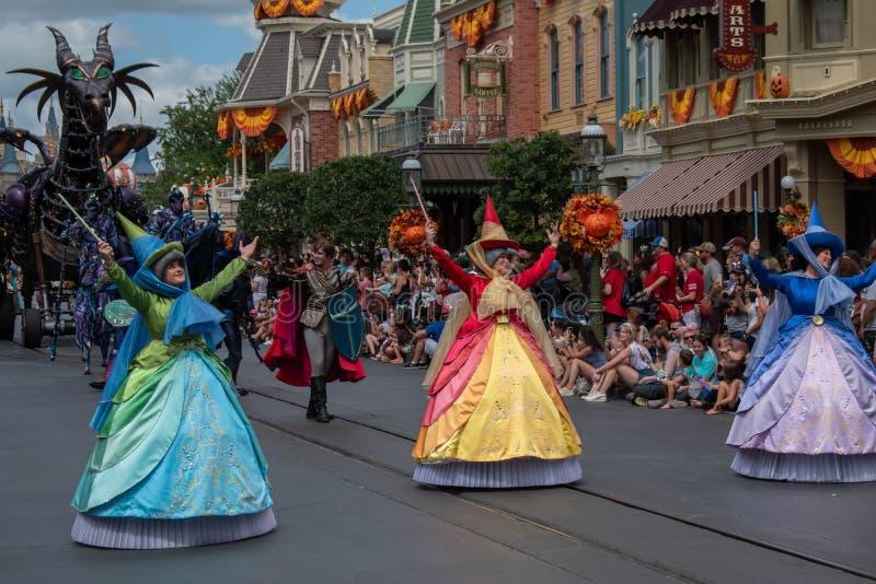 Trois fées de la beauté dormante à Disney Festival of Fantasy Parade au Magic Kigndom 1 image stock