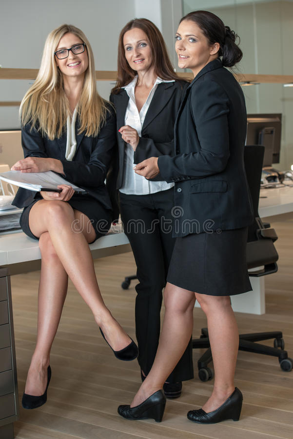Trois femmes d'affaires dans le bureau travaillant à A photographie stock libre de droits