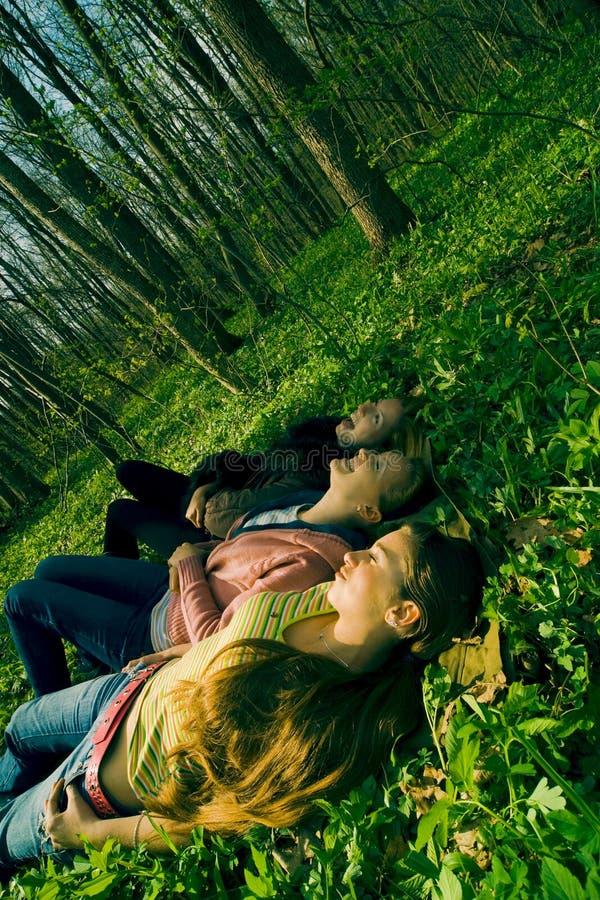 Trois femmes dans la forêt images stock