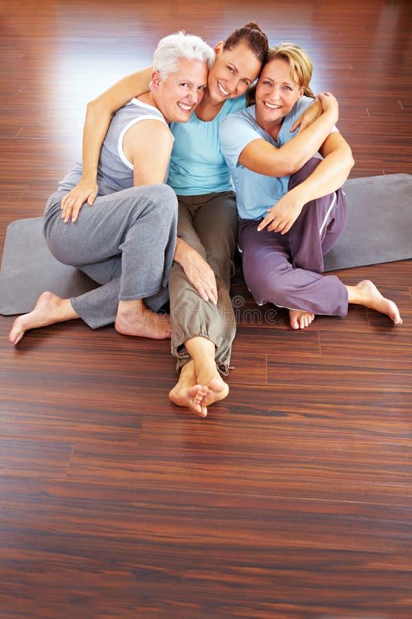 Trois femmes heureux en gymnastique images stock