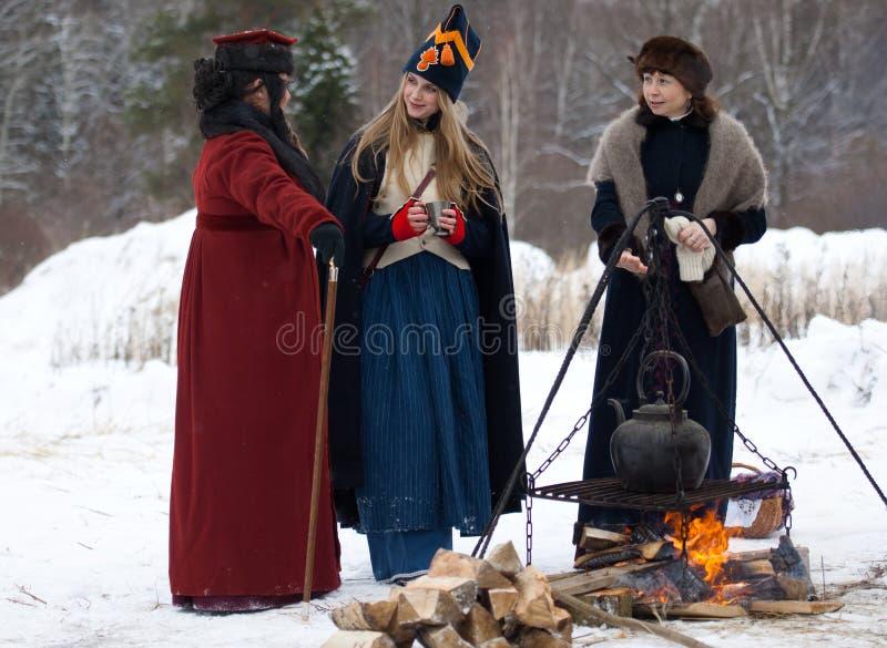 Trois femmes près du feu photos stock