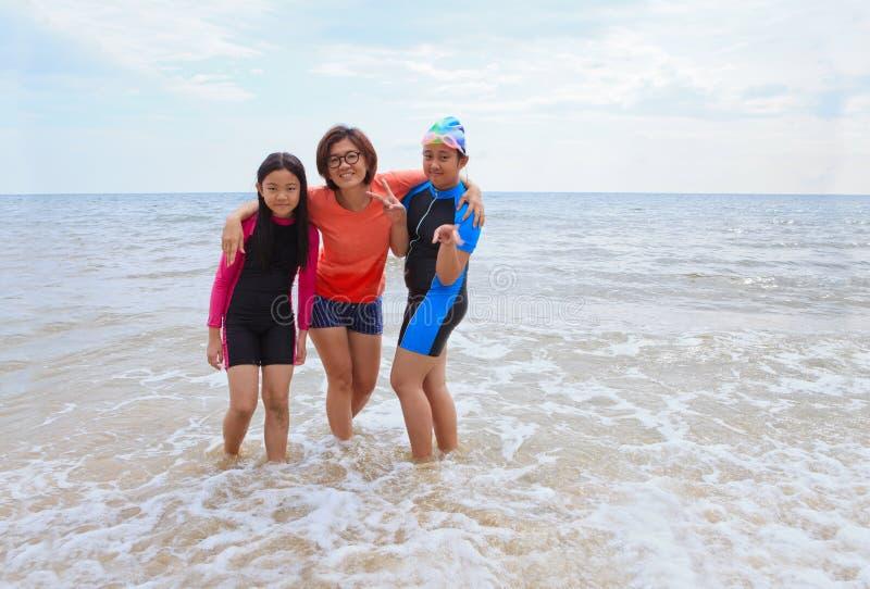 Trois femmes prennent une photo sur la plage de mer avec une émotion de bonheur image stock
