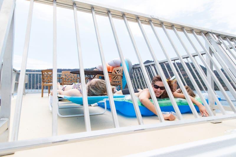 Trois femmes se bronzant sous le soleil photos stock