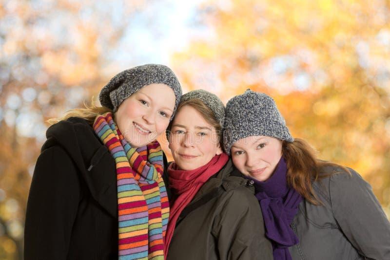 Trois femmes se penchant ensemble octobre image libre de droits