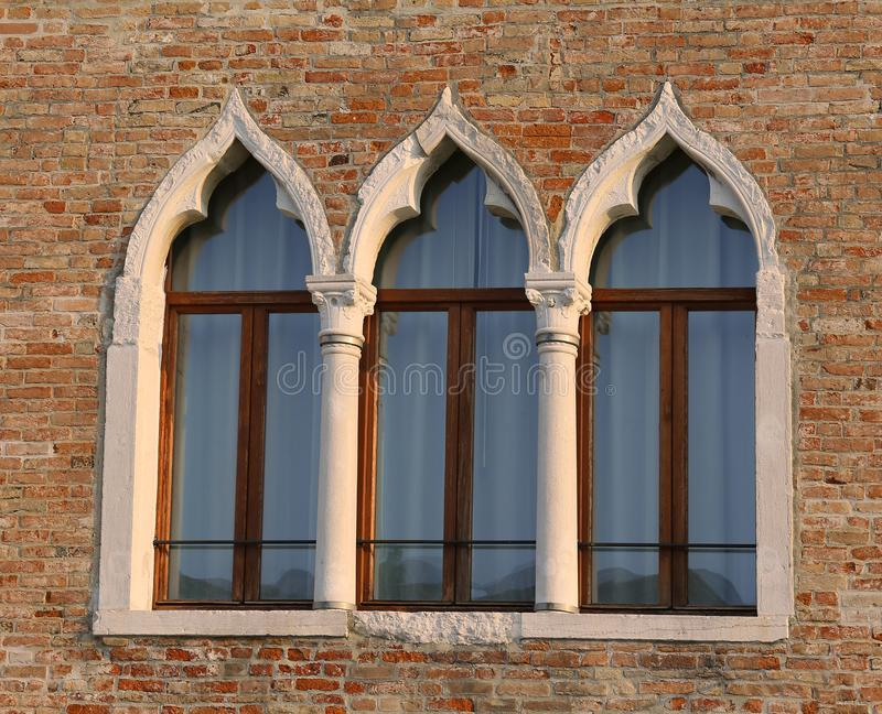 Trois fenêtres du vieux palais photo stock