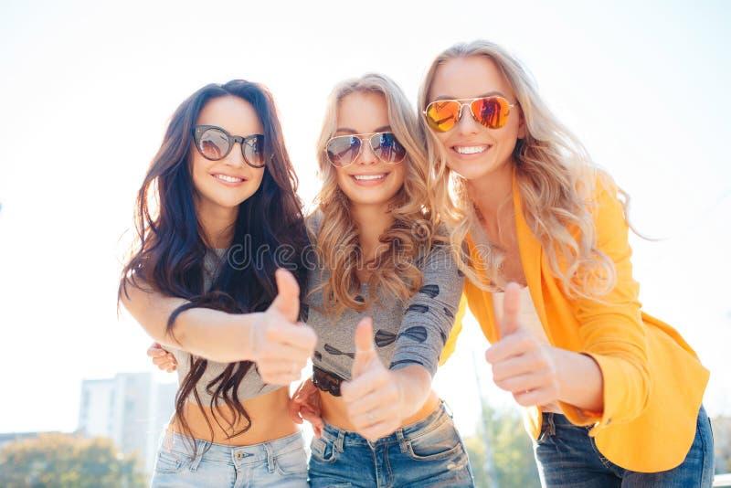 Trois filles marchent en parc d'été image stock