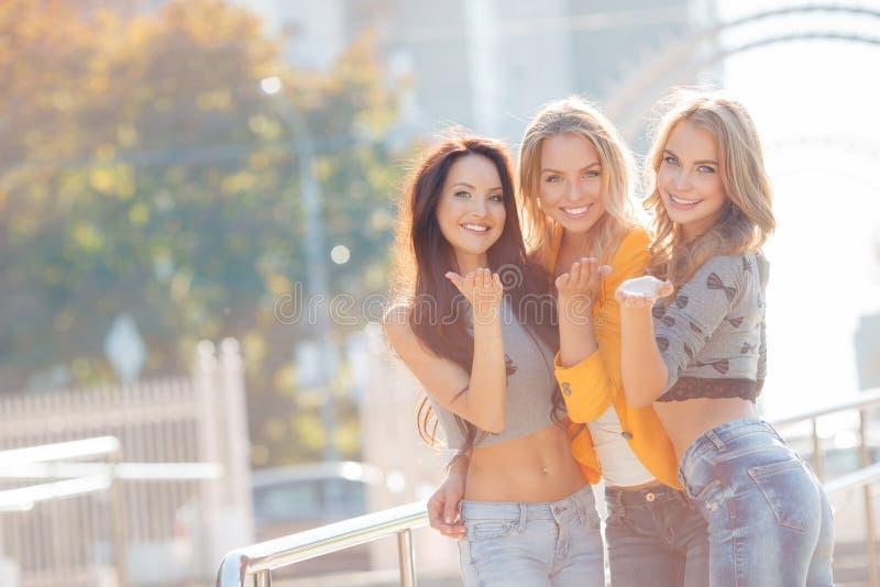 Trois filles marchent en parc d'été photos libres de droits