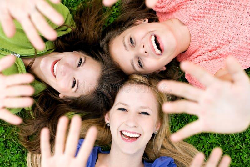 Trois filles ondulant des mains photographie stock libre de droits