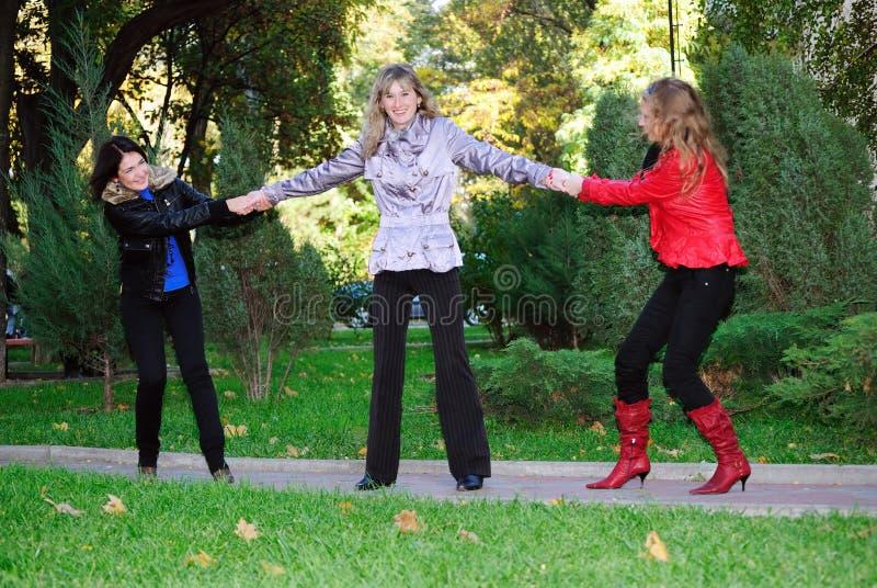 Trois filles ont l'amusement photos stock