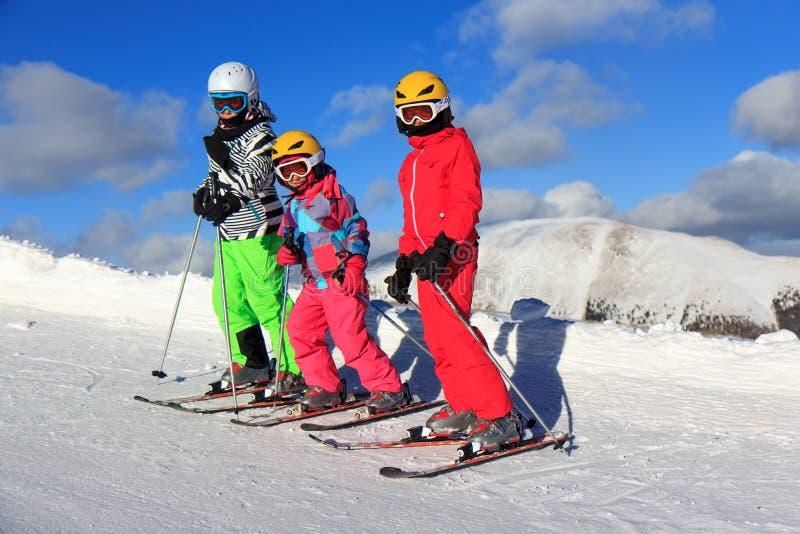 Trois filles sur le ski photos stock
