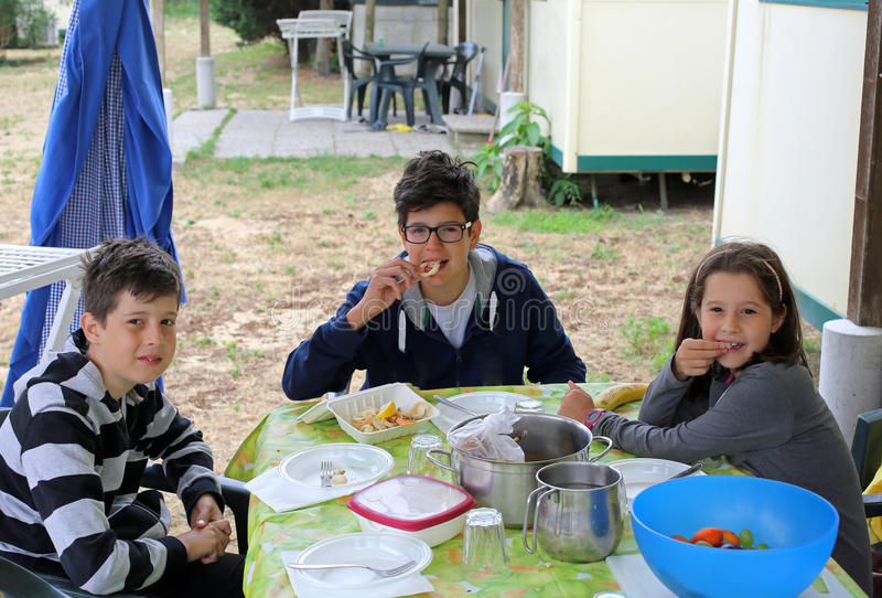 Trois frères amicaux au dîner sur la table dans le pavillon images libres de droits