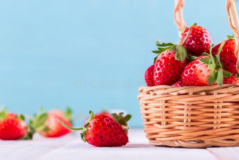Trois fraises avec la feuille de fraise photographie stock