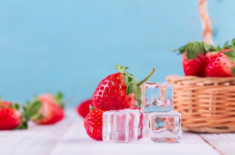 Trois fraises avec la feuille de fraise photo libre de droits