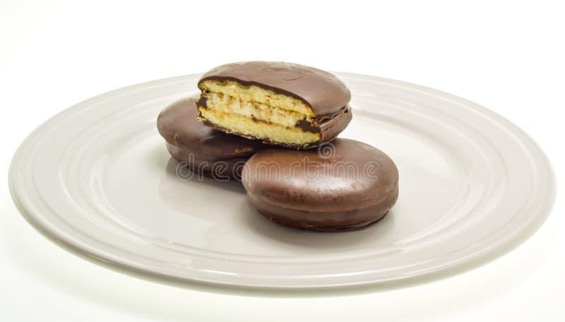 Trois gâteaux avec des guimauves, enduites du chocolat foncé photos libres de droits