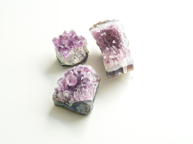 Trois géodes d'améthyste pour les traitements et le reiki en cristal de thérapie photographie stock libre de droits