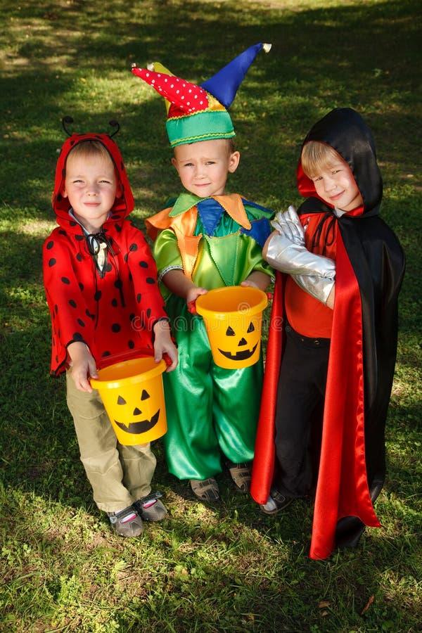 Trois garçons attendent des sucreries images stock