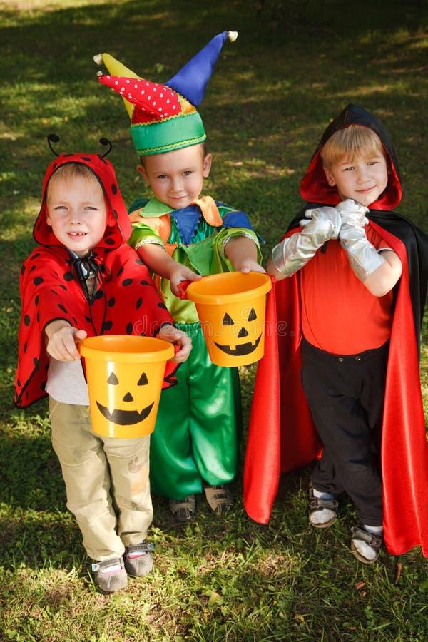 Trois garçons attendent des sucreries image libre de droits