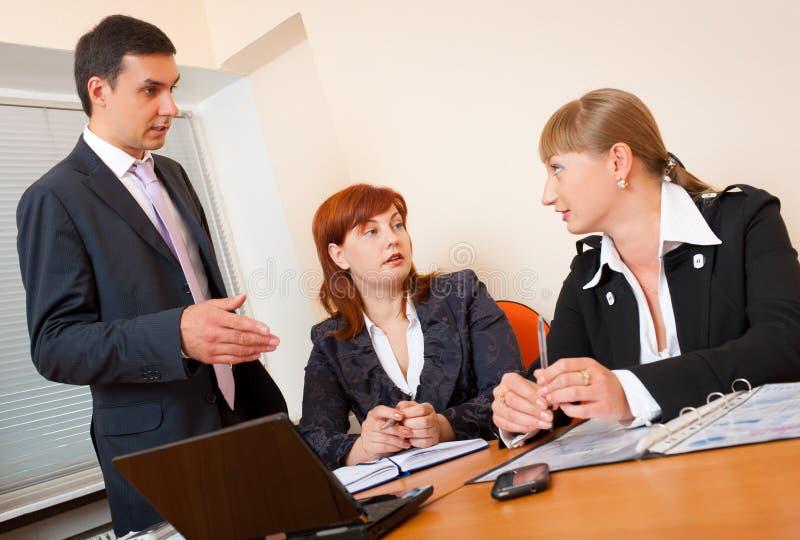 Trois gens d'affaires se réunissent image libre de droits