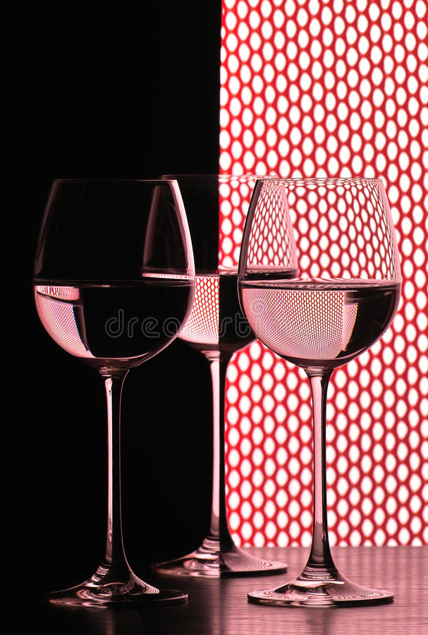 Trois glaces de vin au-dessus de réseau images stock