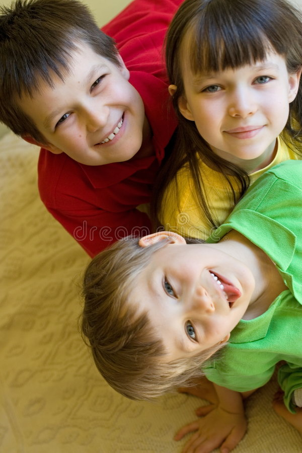 Trois gosses faisant le clown à la maison photo libre de droits