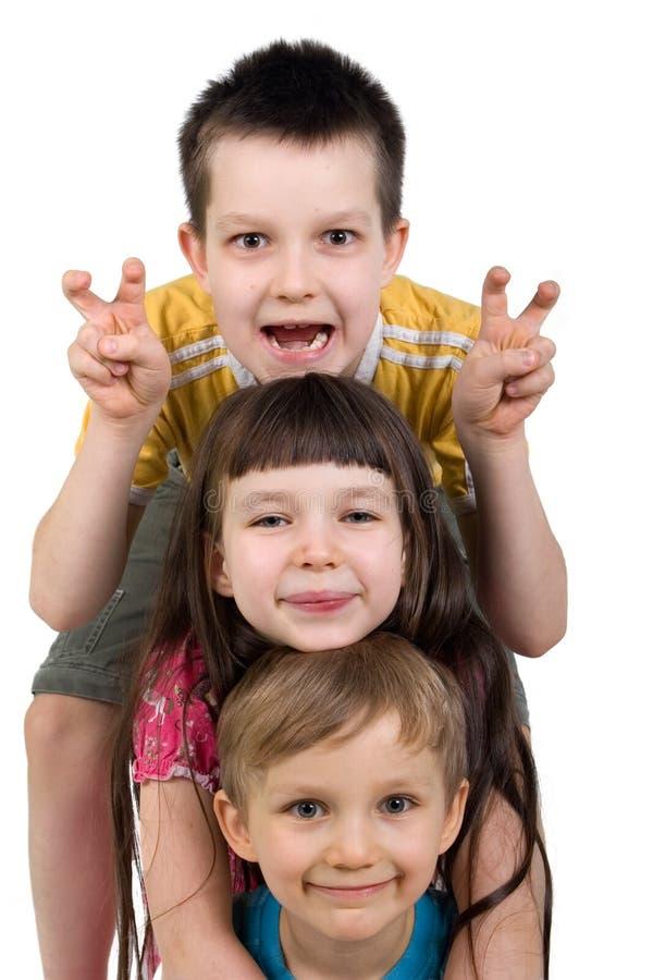Trois gosses heureux ayant l'amusement photo stock