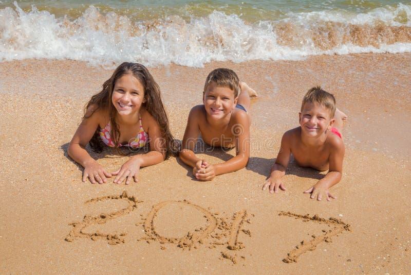 Trois gosses sur la plage photos stock