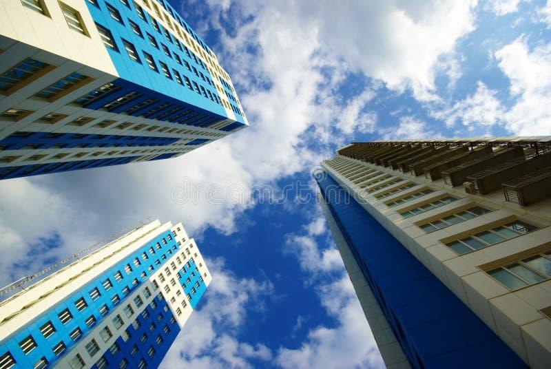 Trois gratte-ciel et cieux photographie stock