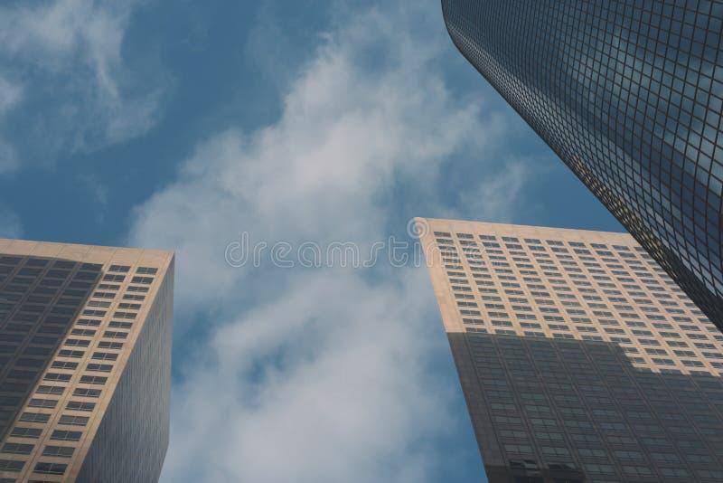 Trois grattoirs de ciel avec le ciel bleu et les nuages photos libres de droits