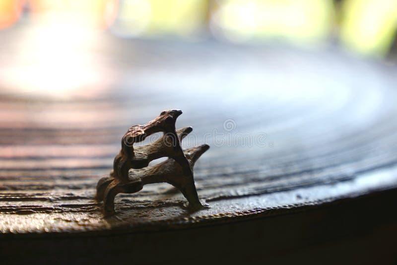 Trois grenouilles sur la surface du tambour en bronze antique Tambour ou pluie de grenouille photos stock