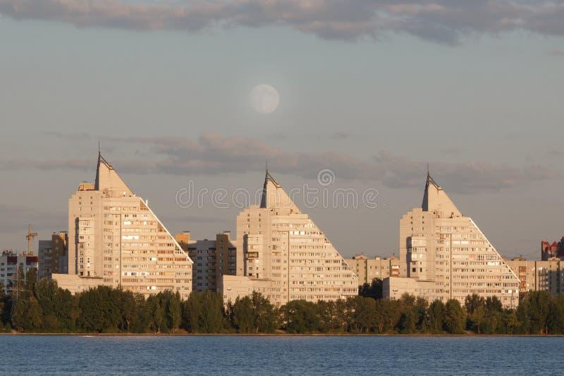 Trois hautes maisons et grande pleine lune images libres de droits
