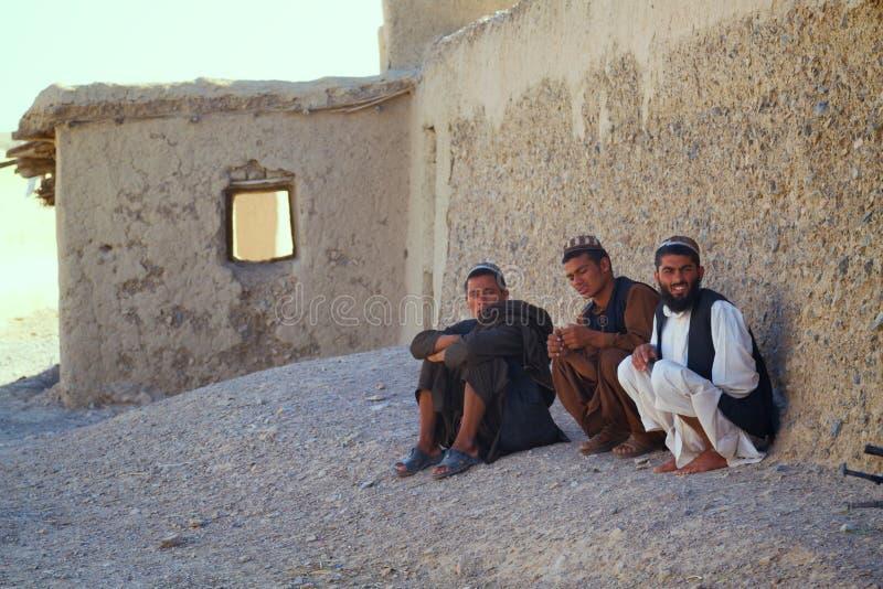 Trois hommes afghans s'asseyent sur le Streetside photos libres de droits