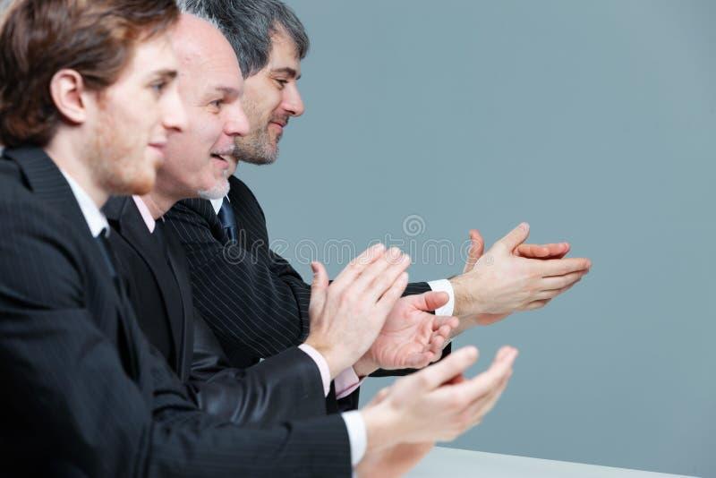 Trois hommes d'affaires applaudissant et battant photos libres de droits