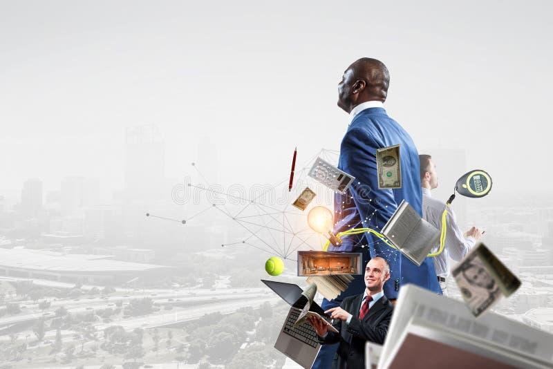Trois hommes d'affaires au travail sur un fond de paysage urbain images stock