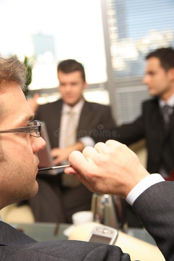 Trois hommes d'affaires travaillant dans le bureau photographie stock