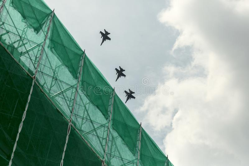 Trois jets militaires sur le ciel photos libres de droits